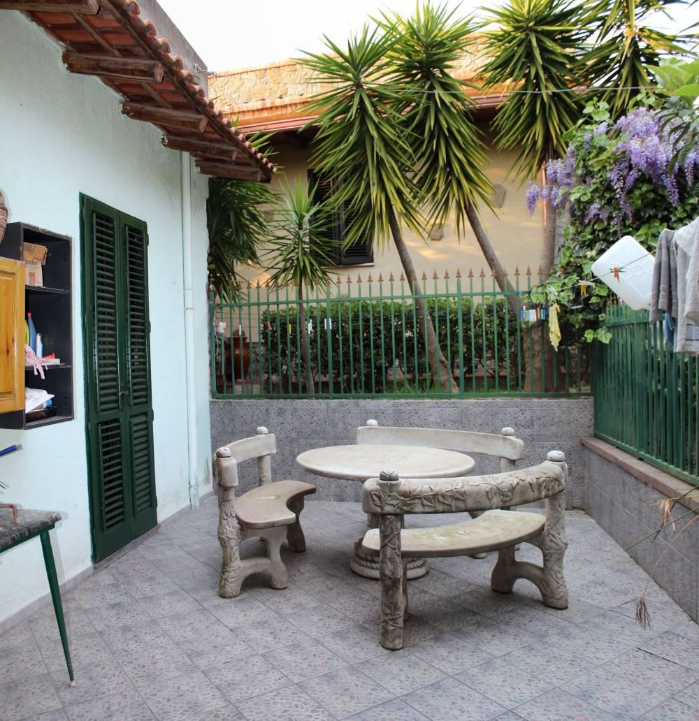 Terrazzo con tavole e sedie