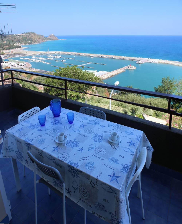 Tavolo e terrazzo con vista mare