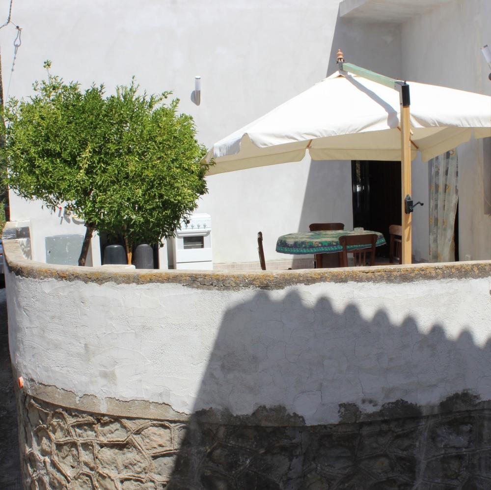 Il terrazzo della casa con ombrellone