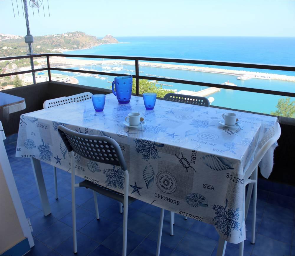Foto n. 2 - Tavolo e terrazzo con vista mare