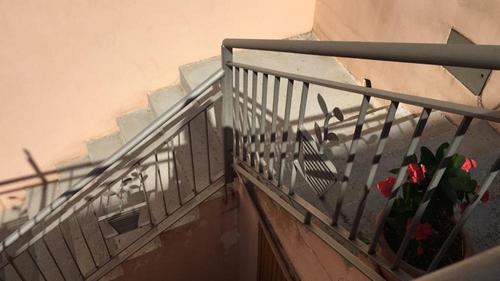 Foto 2 delle scale che portano al mini appartamento in vendita a Rocca di Capri Leone